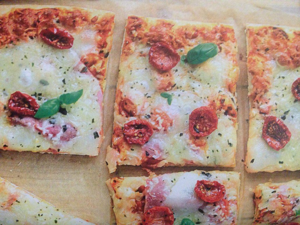 Pizza aux tomates cerise et au basilic