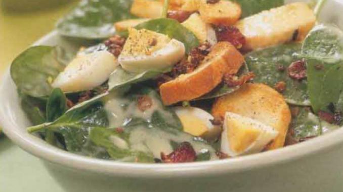 Salade d'épinards au bacon et aux croûtons