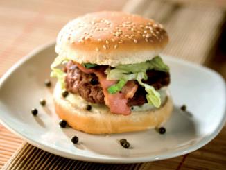 hamburger boeuf poitrine grillée et sauce poivre