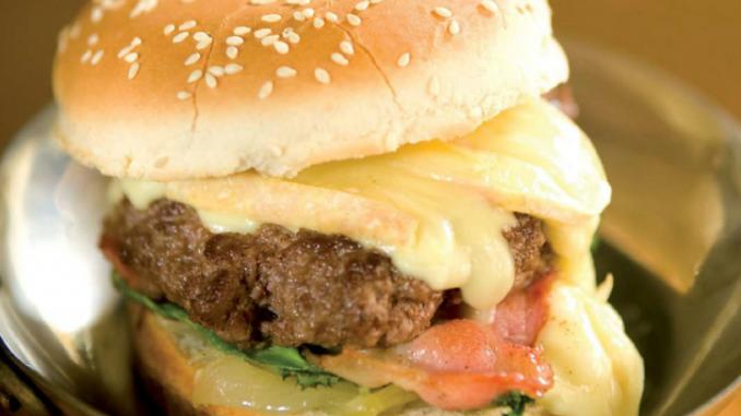 hamburger boeuf reblochon et poitrine fumée