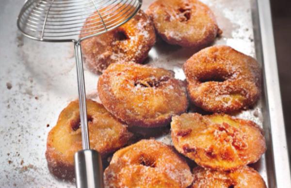 Beignets de pomme au sucre et à la canelle